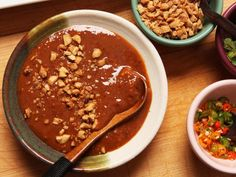 This peanut-tamarind sauce is great as a dip for spring rolls, or as a marinade and dip for satay. Garlic Dipping Sauces, Soy Sauce, Grilled Vegetables, Grilled Meat, Veggies, Spicy Chili, Sweet Chili, Tamarind Recipes, Gastronomia
