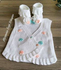 Ruffle Baby Vest Models and Making - Babykleidung Baby Knitting Patterns, Free Knitting, Mode Crochet, Knit Crochet, Baby Girl Dress Patterns, Knit Baby Dress, Bebe Baby, Baby Sweaters, Crochet Fashion