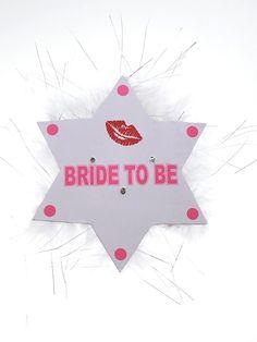 Broszka BRIDE TO BE świecąca biała