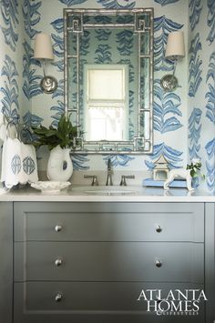 Atlanta Homes & Lifestyles Banana leaf wallpaper, a silver faux bamboo mirror, and a white pagoda candle holder add Chinoiserie touches to this beautiful blue and white bathroom. Bad Inspiration, Bathroom Inspiration, Casas En Atlanta, Home Luxury, Bamboo Mirror, Chinoiserie Chic, Chinoiserie Wallpaper, Atlanta Homes, Top Interior Designers