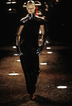 Alexander McQueen Fall 1998 Ready-to-Wear Fashion Show Collection: See the complete Alexander McQueen Fall 1998 Ready-to-Wear collection. Look 8 Dark Fashion, Emo Fashion, Fashion Art, Runway Fashion, High Fashion, Fashion Outfits, Mcqueen 3, Mcq Alexander Mcqueen, Alexander Macqueen
