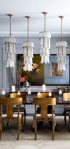 Dar un ambiente acogedor y  romántico a una cena con velas sobre la tabla de la mesa❇❇❇En está decoración el uso de lámparas originales y el torneado de las sillas hacen un comedor explendido