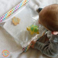 Un jouet que les bébé adorent! Les matelas d'eau sont si amusants! Surtout l'hiver, on a pas autant la chance de clapoter dans l'eau qu'en été! Mais même en été quand on a pas de piscine, le matelas peut rafraîchir un peu. Une activité sensorielle am