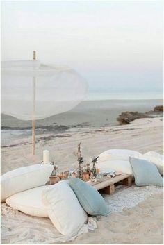 A pallet picnic table for the beach. Featured on Beach Bliss Living Beach Picnic, Beach Dinner, Beach Party, Summer Picnic, Beach Bum, Summer Beach, Beach Relax, Beach Night, Hawaii Beach