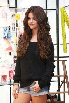 ✨Buzo negro ✨short de jean ✨uñas rosa mate ✨accesorios dorados Si ella vistiera al mundo entero, el mundo sabría vestirse realmente