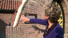 In deze film ziet u de voormalige politiepost aan de Kleine Drift in Hilversum. Het politiebureau, met twee cellen, kwam er in 1919. Willem Marinus Dudok ontwierp het gebouw in de stijl van de Amsterdamse School. Dudok Wonen heeft het pand gerenoveerd en teruggebracht in oude stijl.