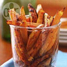 'Frites' van zoete aardappelen Gesneden Frieten half uur in water zetten. Uitlekken en goed afdrogen. Theelepel (kokos)olie erover. Af voorverwarmen. 10 minuten op 180 graden. 1 x schudden.