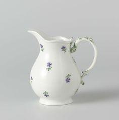 Porceleinfabriek aan den Amstel   Teapot and milk jug, part of a tea service, Porceleinfabriek aan den Amstel, c. 1784 - c. 1809   Melkkan, versierd met korenbloemen. Gemerkt Amstel in blauw onder het glazuur.
