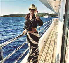 Luiza Brunet posta foto com barriguinha de fora e seguidores elogiam - Vogue | Gente