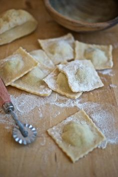 Ravioli - no packets here Veggie Recipes, Gourmet Recipes, Snack Recipes, Pasta Thermomix, Pasta Casera, Homemade Ravioli, Homemade Jelly, Salty Foods, Small Meals