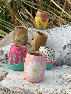 Painted Plant Pots, Painted Flower Pots, Painted Jars, Pottery Painting Designs, Pottery Designs, Mason Jar Crafts, Bottle Crafts, Homemade Crafts, Diy And Crafts