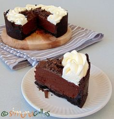 Easy Chocolate Cake Recipe - a simple Chocolate Mousse Cake - simonacallas Chocolate Cake Recipe Easy, Chocolate Mousse Cake, Chocolate Recipes, Chocolate Lovers, No Bake Desserts, Delicious Desserts, Yummy Food, Sweet Recipes, Cake Recipes
