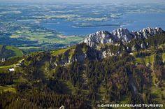 Kampenwand: der markante Berggipfel mit Sicht auf den Chiemsee. Der Aufstieg zu Fuß auf den 1669m-Gipfel dauert ca. 5 Stunden, schneller geht es mit der Bahn ab Aschau.