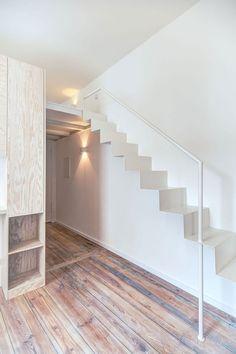 freistehende Treppe aus Metall führt zur zweiten Ebene