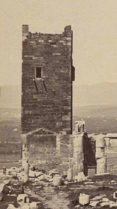 Ο χαμένος Πύργος της Ακρόπολης, το παλάτι της οικογένειας Ατσαγιόλι, η φυλακή του Οδυσσέα Ανδρούτσου.. Ο Μακρυγιάννης μαζί με τον  Κωλέττη οργάνωσαν πλεκτάνη εναντίον του. Αφού έστειλαν το παλιό πρωτοπαλίκαρο του Ανδρούτσου, Γιάννη Γκούρα, να τον συλλάβει, τον φυλάκισαν στο κάτω μέρος του πύργου της Ακρόπολης και τον βασάνισαν. Στις 5 Ιουνίου 1825 ο Ανδρούτσος δολοφονήθηκε από άντρες του Γκούρα στο κελί του και το άψυχο σώμα του πετάχτηκε στα βράχια της Ακρόπολης....