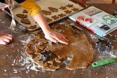 Αυτήηζύμηείναιιδανική για να τα κάνετε στολίδια για το δεντρο,χριστουγεννιατικαμπισκότα, και για ναφτιάξετε τα κλασσικά χριστουγεννιάτικα σπιτάκια.! ΥΛΙΚΑ: 2 ¼ φλ. αλεύρι για όλες τις χρήσεις 2 κ. γλυκού τζίντζερ σκόνη 1 κ. γλυκού baking soda ¾ κ. γλυκού κανέλα σε σκόνη ½ κ. γλυκού γαρύφαλλα ¼ κ. γλυκού. αλάτι ¾ φλ. μαργαρίνη λιωμένη 1 φλ. …