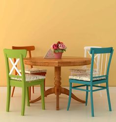 The cozy arrangement in the style of Provence with four different chairs around a wooden table is the easiest DIY tip. Just paint the background in bright orange, and a lively dining room is ready!