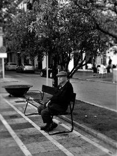 En attendant... Un vieil homme passe l'après-midi sur un banc Plaza de España.