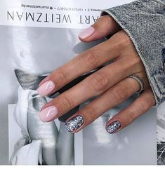 The advantage of the gel is that it allows you to enjoy your French manicure for a long time. There are four different ways to make a French manicure on gel nails. Silver Nails, Glitter Nails, Stylish Nails, Trendy Nails, Love Nails, Pink Nails, Manicure Natural, Manicure Gel, Manicures