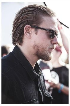 Something so hot about slicked back hair & scruff. Charlie Hunnam I love the way Charlie's beard swirls on this side . Medium Hair Cuts, Short Hair Cuts, Hairstyles Haircuts, Haircuts For Men, Hair And Beard Styles, Long Hair Styles, Hair Trends 2015, Slicked Back Hair, Pompadour