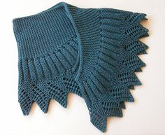 Shawlette Pointue, in worsted yarn - Pattern available in French, in English, and in Swedish