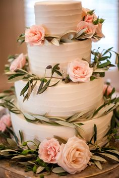 Un simple mais très jolie gâteaux de mariage rose !   #weddingcake #mariagerose #instemporel
