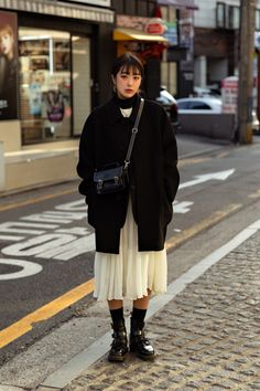 winter outfits japan The Last Week of January 2019 Womens Street Style in Seoul cheveau. The Effective Pictures We Offer You About Womens Street Style Street Style Vintage, Asian Street Style, Street Style Women, Men Street, Japan Street Fashion, Korean Street Fashion, Japan Winter Fashion, Japan Street Styles, Japan Fashion Casual