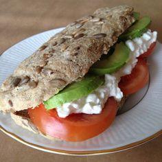 Glutenfritt bröd av teffmjöl - För ett par veckor sen testade jag att baka med bovetemjöl - med gott resultat. Nu hittade jag teffmjöli hälsohyllan och kände att jag måste prova. Och