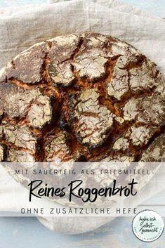 Rezept für ein gesundes Sauerteigbrot aus 100% Roggen und ohne zusätzliche Hefe. Das Brot ist sehr geschmackvoll, hat eine lockere, fluffige Krume und knusprige Kruste. Durch die Teigruhe im Kühlschrank wird der Teig wunderbar fest und lässt sich toll formen, wodurch das Brot beim Backen sehr gut seine Form behält. Ein optisch tolles Brot, das sich auch prima als Geschenkidee aus der Küche eignet. Healthy Recipes, Healthy Food, Cookies, Chocolate, Tricks, Dip, Desserts, Rye Bread, Healthy Eating