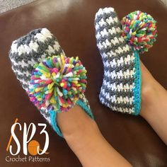 A free crochet pattern of slippers. Do you also want to crochet these comfy slippers. Read more about the Free Crochet Patterns Comfy Houndstooth Slippers Easy Crochet Slippers, Crochet Slipper Pattern, Crochet Socks, Knit Crochet, Crochet Patterns, Soft Slippers, Crochet Sandals, Crochet Ideas, Crochet Gratis