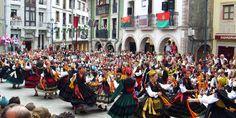 Bailes tradicionales durante las fiestas de San Roque #Llanes #Asturias #FiestaAsturias #SanRoque