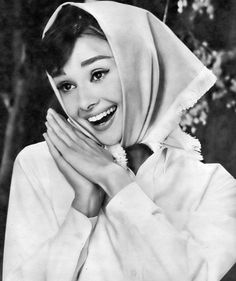Audrey Hepburn in funny face Audrey Hepburn Outfit, Audrey Hepburn Funny Face, Audrey Hepburn Born, Audrey Hepburn Photos, Poses Photo, Actrices Hollywood, Funny Faces, Old Hollywood, Divas