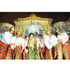 .@riskaanton | Chiclil #AKADNIKAH #adat #bajubodo #offwhite #love #wedding #riskarachmat #s... | Webstagram
