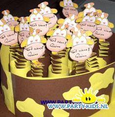 Een danoontje giraffe traktatie maak je zelf met de beschrijving en de werktekening op Party-Kids.nl. Een kleurrijke en lekkere traktatie.
