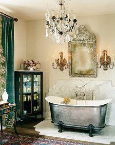 Tin bathtub, emerald velvet and chandelier !