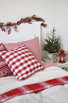 25 Christmas Bedroom Decor Ideas for a Cozy Holiday Bedroom! These fabulous Christmas bedroom decor ideas will help get your home ready for the holiday season! Here's how to decorate a bedroom for Christmas. Cozy Christmas, Scandinavian Christmas, Country Christmas, All Things Christmas, Christmas Holidays, Christmas Entryway, Scandinavian Interior, Beautiful Christmas, Christmas Kitchen