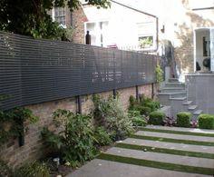 Contemporary trellis attached to preexisting wall Garden Fence Panels, Garden Privacy, Garden Trellis, Garden Fencing, Backyard Fences, Backyard Landscaping, Garden Architecture, Small Garden Design, Contemporary Garden