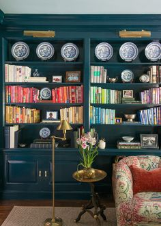 Exploring the Design Portfolio of Brittany Bromley – Blue and White Home Room Paint Colors, Paint Colors For Living Room, New Living Room, Living Room Interior, Home Interior, Interior Design, Chinoiserie, Blue Shelves, Budget
