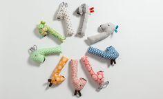 Diese süßen Babyrasseln sind schnell selbst genäht. Und genauso schnell das neue Lieblingsspielzeug. Hier das Giraffen-Schnittmuster herunterladen.