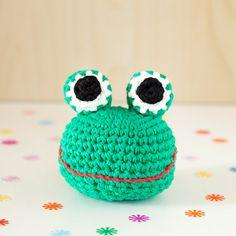 Rassel gehäkelt Tierkopf Frosch niedlich kindlich von MJUKstore #mjukstore #etsy #unseretsy #animalhead #decoration #homemade #home #fox #kids #kidsroom #design #teampinterest #homedeco #style #trend #cute #mummy #parents #family #textiledesign #crochet #pig #bunny #rabbit #penguin #elephant #textile #wool #germandesign #handmade #diy #penguin #frog #fox #pig #etsyawards2016 #etsyaward #finalist2016 #frog #rattle #new #baby #gift #newborn