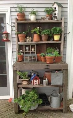 Potting Bench Ideas - Want to know how to build a potting bench? Our potting bench plan will give you a functional, beautiful garden potting bench in no time! #pottingbench #pottingbenchideas #bestpottingbench