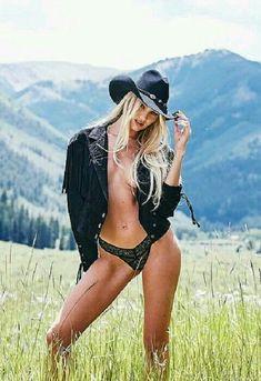 Candice Swanepoel Victoria's Secret Holiday Shoot Victorias Secret Models, Victoria Secret Fashion Show, Candice Swanepoel, Sexy Cowgirl, Rosie Huntington Whiteley, Gq, Modelos Da Victoria's Secret, Vaquera Sexy, Beauty Secrets