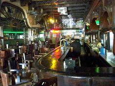 """El bar Kentucky de la avenida Juárez, donde se inventó la internacional bebida """"La Margarita"""", sobrevive con los pocos clientes locales que acuden a conocer las historias que en esta barra se vivieron."""
