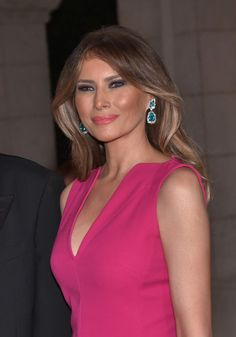 First Lady Melania Trump definitely knows to dress in a way that immediately draws mass attention throughout the media. President Donald Trump's brilliant wife wore a hot pink floor-length dress when she attended the Red Cross Ball Trump Melania, Melania Knauss Trump, Donald And Melania Trump, First Lady Melania Trump, Melania Trump Hair Color, Melanie Trump, Filles Alternatives, Donald Trump Family, Models