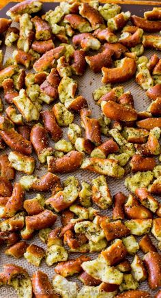 Seasoned Pretzels ~ so many options for changing the seasonings ~ must try for football season!Mom's Seasoned Pretzels ~ so many options for changing the seasonings ~ must try for football season! Salty Snacks, Yummy Snacks, Yummy Food, Pretzel Snacks, Pretzel Bites, Appetizer Recipes, Snack Recipes, Cooking Recipes, Snacks Ideas