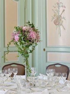 Pour votre soirée à thème, nous mettons les petits plats dans les grands pour vous proposer des menus gastronomiques savoureux et originaux.  A travers une cuisine de qualité recherchée et un réel souci de présentation nous assurons à l'organisation de votre soirée de gala le succès escompté et d'en mettre plein les yeux et les papilles de vos convives.  Le tout en leur proposant un repas gastronomique digne de ce nom. Ikebana, Glass Vase, Bouquet, Restaurant, Table Decorations, Home Decor, Builder Grade Kitchen, Gala Dinner, Old Wood