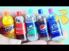 DIY Realistic Miniature doll soda cola pop bottles tutorial - Real liquid inside - simplekidscrafts You can get the supplies here: Get the pippettes here: ht. Barbie Dolls Diy, Barbie Food, Barbie Doll House, Doll Food, Diy Doll, Barbie Stuff, Baby Dolls, Miniature Crafts, Miniature Dolls
