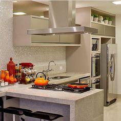 Cozinha no tom Nude, pastilhas madrepérola e composição perfeita!!!! Projeto by…