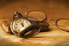 Une montre de poche antique, les verres et la Bible sont réunis dans ce millésime reste de vie. Banque d'images