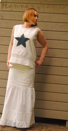 Näiden vaatteiden resepti: 1 aluslakana, 1 alusmekko ja pala farkkua. Kierrätysompelu. Top and skirt from bed sheet. Sewing and recycling.
